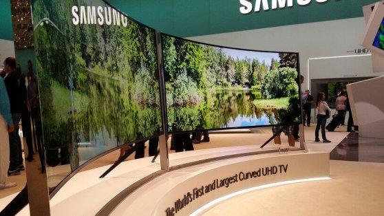 Fernseher werden immer größer und neuerdings auch kurviger. Dieser hier ist laut SAMSUNG der größte, gebogene Fernseher der Welt.