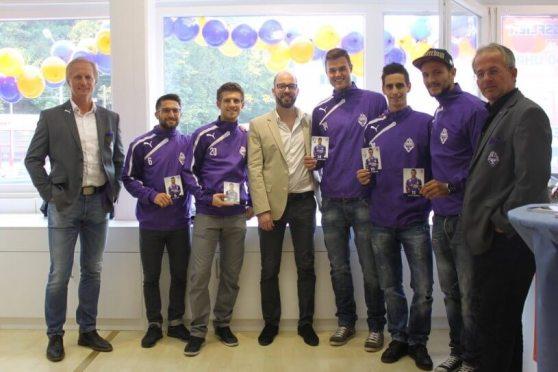 Spieler und Trainer von Austria Salzburg gaben Autogramme