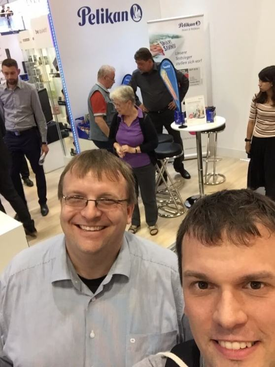 Selfie vor dem Mini-Messestand von Pelikan