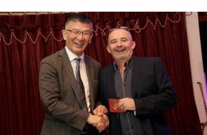 Arnald Ho (links), CEO von Printrite, gratuliert seinem Europachef Doherty Andrew zu seinem neuen Posten.