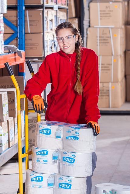 Kvinne på lager ved Tønsberg lager