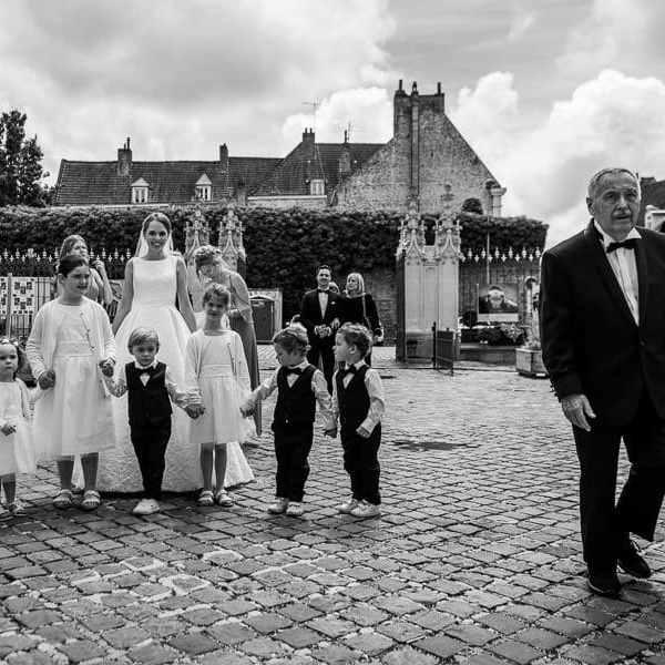 La mariée et les enfants d'honneurs se préparent à rentrer dans la mairie pour le mariage civil