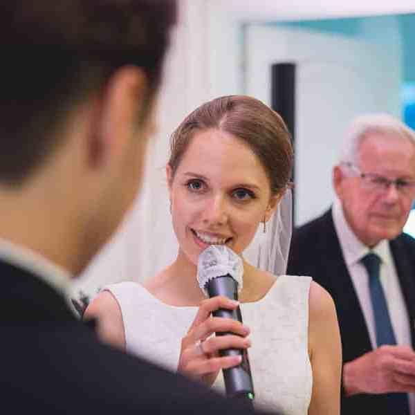 La mariée fait un discours pendant la cérémonie laïque de mariage