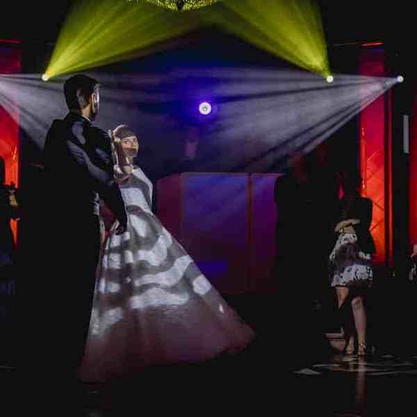 Ouverture de bal de mariage la première danse des mariés effet de lumière des projecteurs colorés