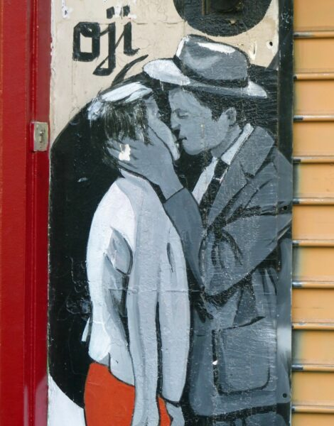Painting of couple kissing on a wall