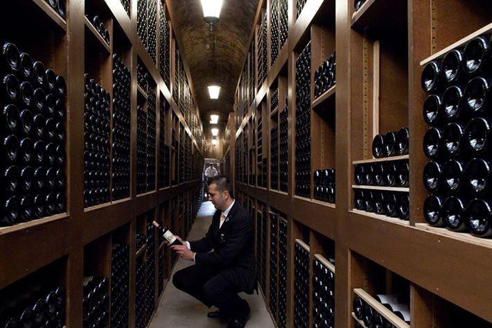 Cave-hotel-de-paris-sommelier-a-genoux-e1377681776110.jpg