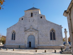 L'église Saint-Pierre-et-Saint-Paul: Built in 1608, its simple interior features a ceiling in the form of an upturned boat. The monument to Samuel de Champlain is on the right