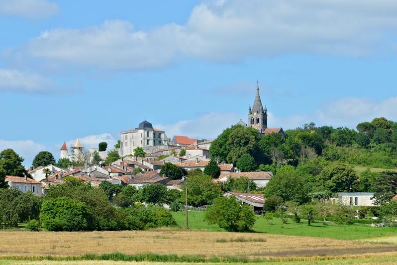 Villebois-Lavalette_16_Village_vue_ouest_2013.jpg