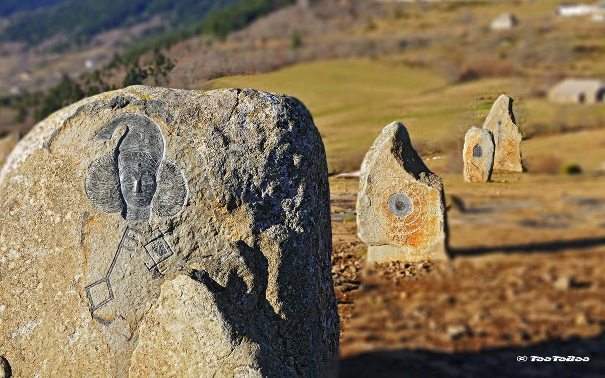 Pierre gravée sur le site du Tchier de Borée en Ardèche