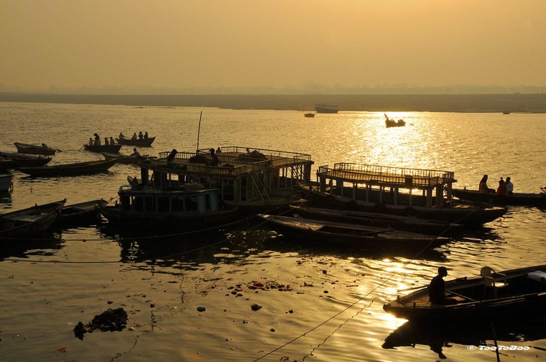 Bateau sur le Gange au coucher du soleil