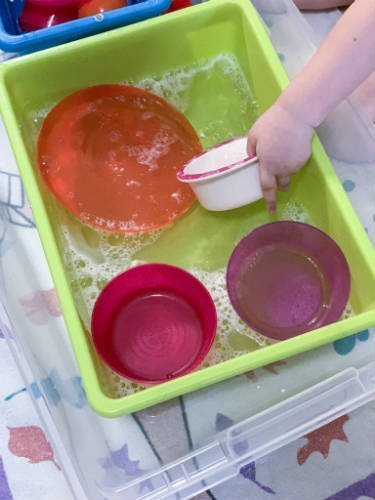 Water sensory bin idea for toddlers