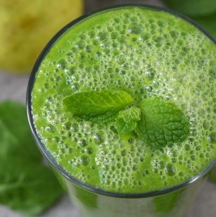 Spinach, Pear, and Ginger Green Smoothie
