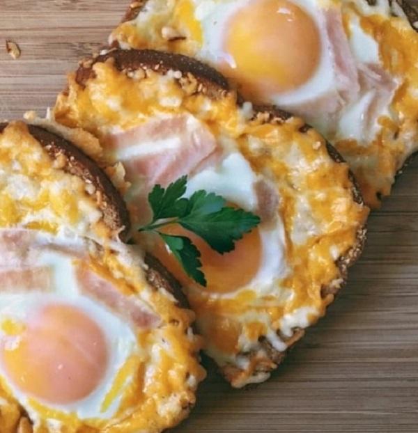 Cheesy-Egg-in-a-Hole Toast