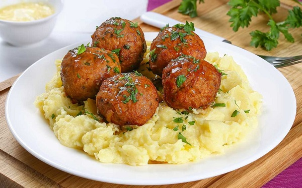 Traditional Moldovan Chifteluțe cu piure (Meatballs with Mash)