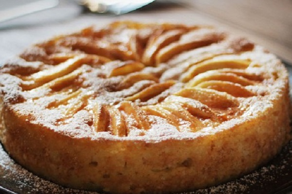 Traditional Luxembourg Äppelkuch (Dainty Apple Cake)