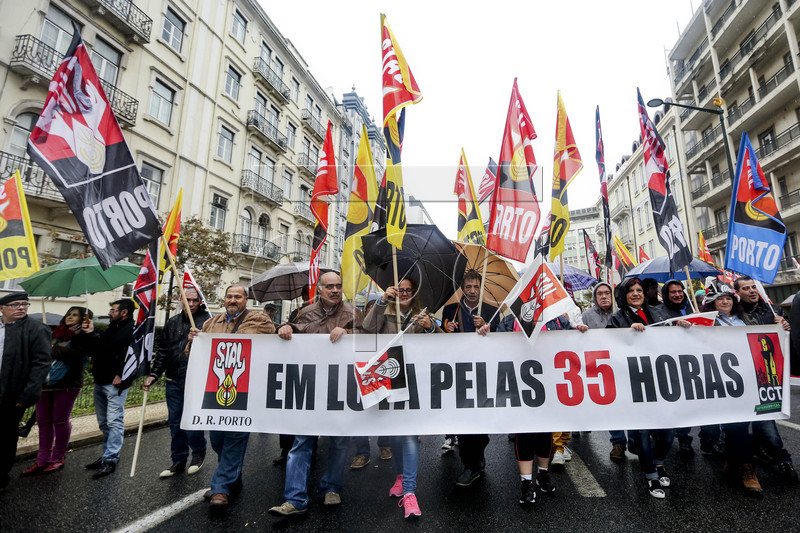 epa05637040 Demonstrators hold a banner with the words 'fight for the 35 hours work day', as they gather in a protest during a national demonstration and 24 hours strike of Portuguese public workers, in Lisbon, Portugal, 18 November 2016. Portuguese public workers demand the raising of salaries and the return of the progression of their careers. EPA/NUNO FOX