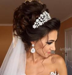 3 Curly Wedding Updo With Tiara And Veil