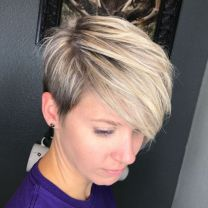 9 Sideparted Blonde Balayage Pixie