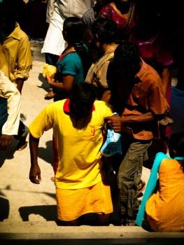 Cet homme a choisi la souffrance pour se repentir : il doit gravir sur les genoux et sous 40° les quelques 300 marches qui mènent au temple... © Topich