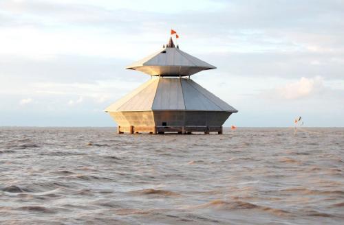 Храм Стамбхешвар-МахадевЭта индийская святыня находится в районе деревеньки Камбой, что в штате Гуджарат. С одной стороны его омывает Аравийское море, с другой — воды Камбейского залива.