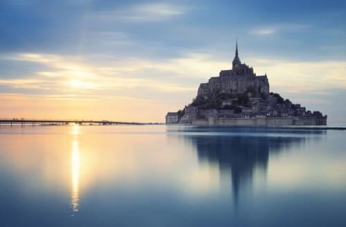 Ежегодно Мон-Сен-Мишель посещает до 1,8 млн туристов (по другим данным — 3,5 млн). Они приезжают не только ради необычной истории и удивительной красоты крепости. И даже не из-за того, что именно этот замок упоминается в разных средневековых легендах (например, о короле Артуре) и современных романах и фильмах.