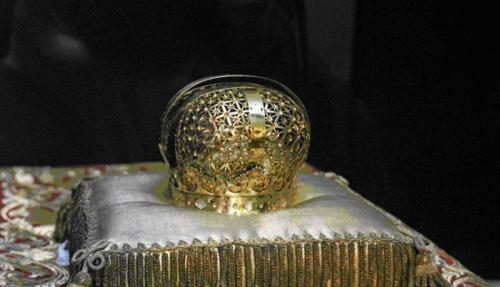 Первая российская корона.Императрица Анна Иоановна для своей коронации заказала новую корону, и она была выполнена в соответствии с ее вкусами и пожеланиями, многие драгоценные камни при этом были использованы из короны Екатерины I.