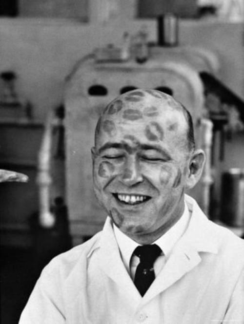 Тестирование губной помады, 1950. В прошлом веке на большие фабрики губной помады приглашались на работу лысые мужчины в качестве живых манекенов, на которых работницы завода тестировали новую продукцию.