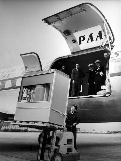 Загрузка первого жесткого диска в 5 МБ в самолет, 1965.