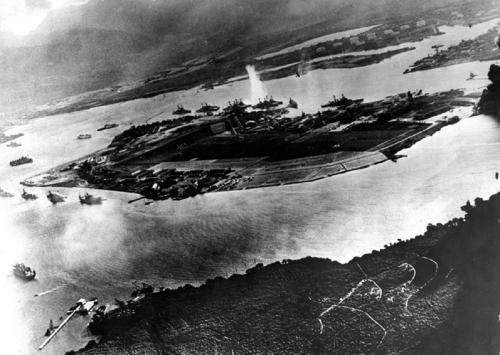 Перл-Харбор с высоты птичьего полета после налетов японских авианосцев7 декабря 1941 года японская палубная авиация авианосного соединения вице-адмирала Тюити Нагумо и японские сверхмалые подводные лодки внезапно напали на американские военно-морскую и воздушные базы, расположенные в окрестностях Перл-Харбора на острове Оаху. В тот день погибло 2,4 тыс. человек и еще более 1 тыс. получили ранения.