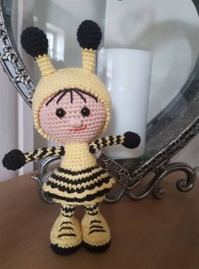 Anja-Holst - Hæklet dukke i brumbasse kostume - Little Owls Hut