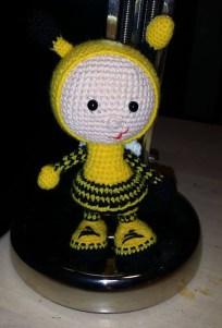 Birgit Nielsen - Hæklet dukke i brumbasse kostume - Little Owls Hut