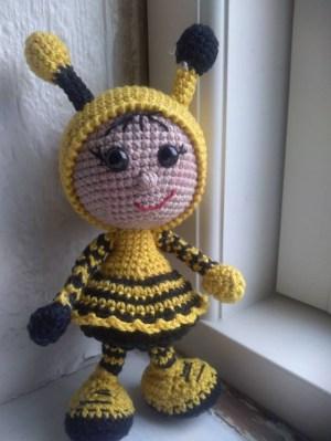 Helle Vedel Stapf Klink - Hæklet dukke i brumbasse kostume - Little Owls Hut