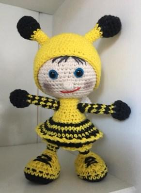 Linda Maria Trasbo - Hæklet dukke i brumbasse kostume - Little Owls Hut