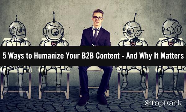 Homme d'affaires souriant assis avec l'image de quatre robots.