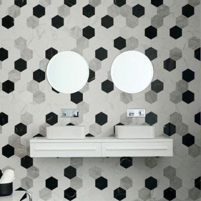 keramische marmerimitatie in hexagonale wandtegels. met witte, grijze en zwarte marmerlook tegels.