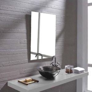 een badkamerwand met gestructureerde tegels