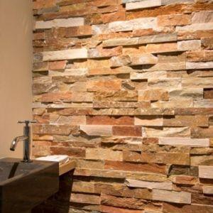Een landelijke badkamer met als accentmuur een wandbekleding in steen. Hier werd gekozen voor roest rode muurstrips.