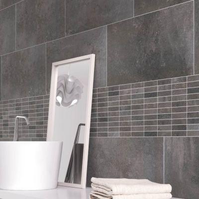 grijze wandtegels met vierkante mozaiek tegels