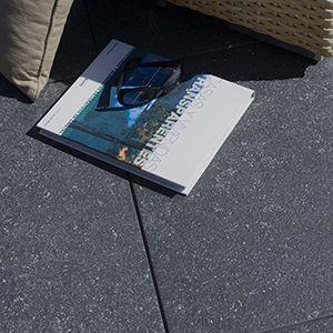 keramische terrastegels in blauwe steen look