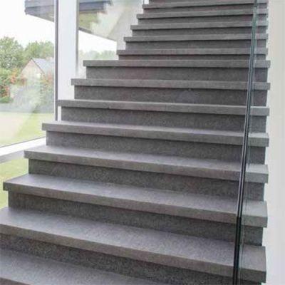 trappen in natuursteen graniet