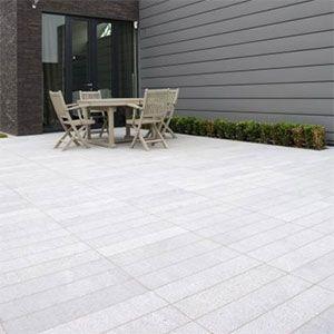 graniet steenstrips als terrastegels recht op recht geplaatst.