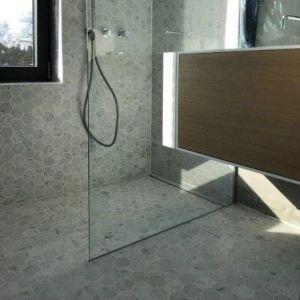 Hexagonale natuursteen tegels in de douche en badkamer.