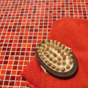 Rode glasmozaiek in de badkamer of als douchetegel.