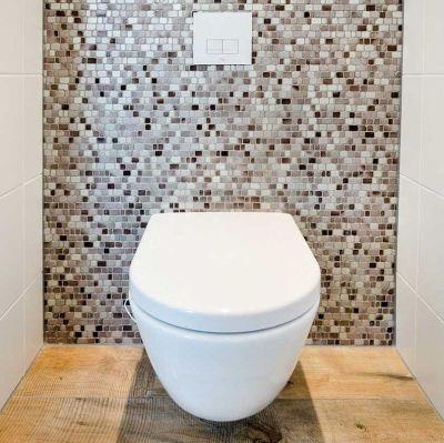 spatwand in het toilet in mozaiektegels