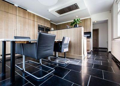 binnen kijken in een landelijke woning - keukentegels