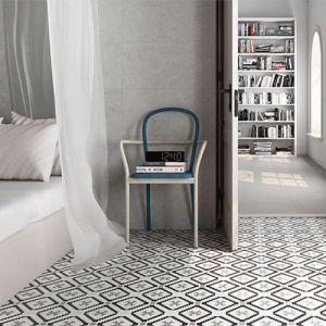Grijze betonlooktegels als wandtegel in combinatie met zwart grijze patroontegels als vloertegels.
