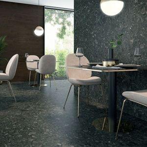 Donkere keramische marmerimitatie in grote formaten. Zwarte marmerlook tegels met vlekken.