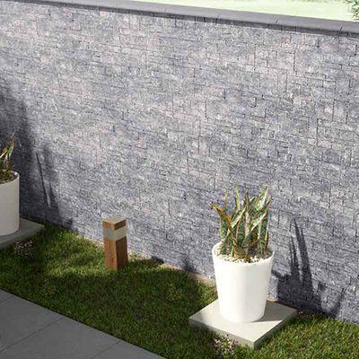Terrasmuur betegeld met grijze muretto's