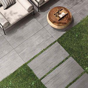 Keramische XXL tegels in 2cm als terrastegels. Hier werd gekozen voor een grijze betonlook tuintegel. Deze kan ook als oprit tegels gebruikt worden.