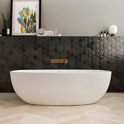 kleine zwarte hexagonale tegels in de badkamer. Hier in combinatie met chevron parket tegels.